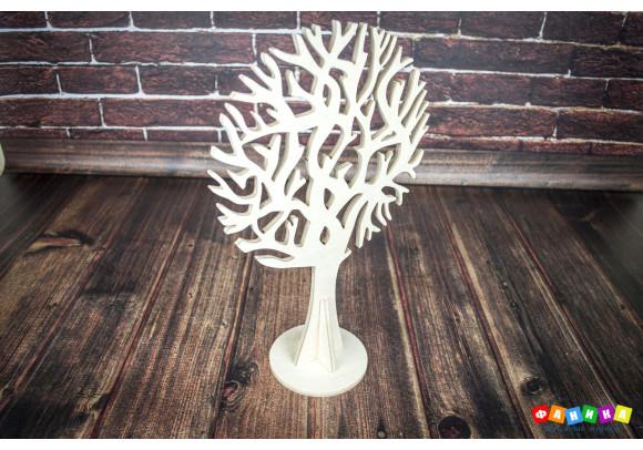 Дерево на подставке покрытое лаком